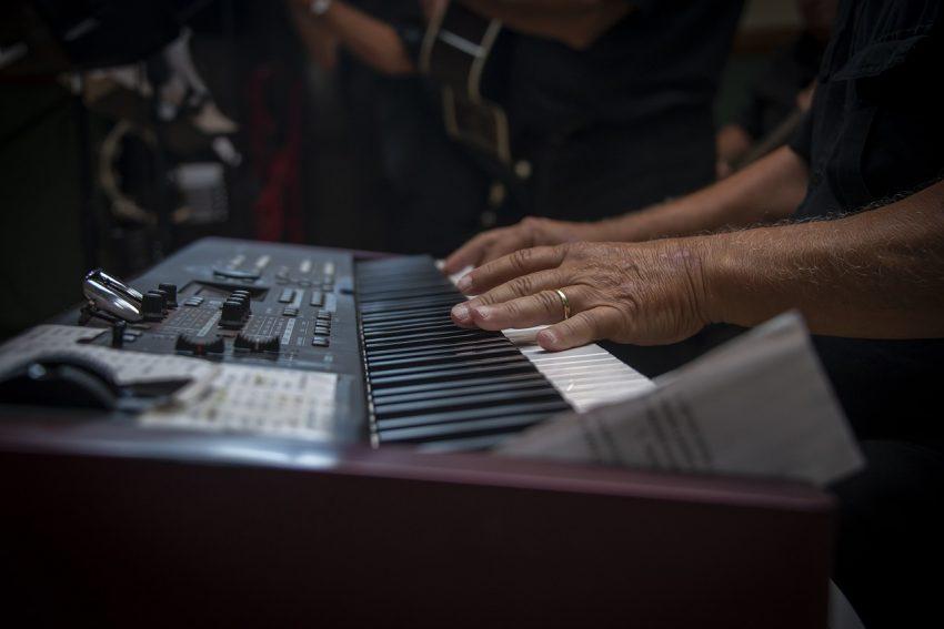é possível aprender a tocar teclado em casa