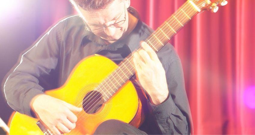 Aprender a tocar violão na postura clássica