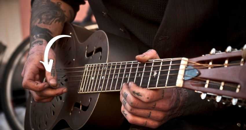 Como segurar a palheta para tocar violão