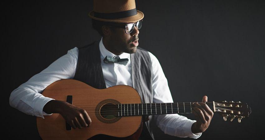 Como tocar violão na postura popular