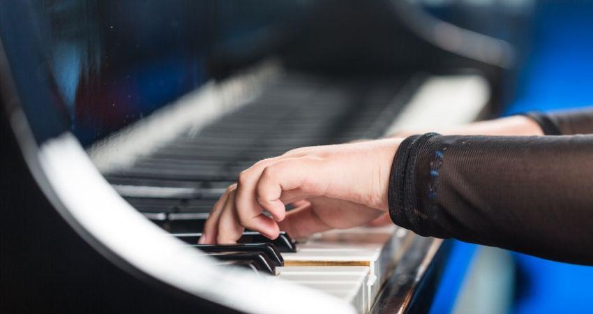 Aprender a tocar teclado com as escalas maiores