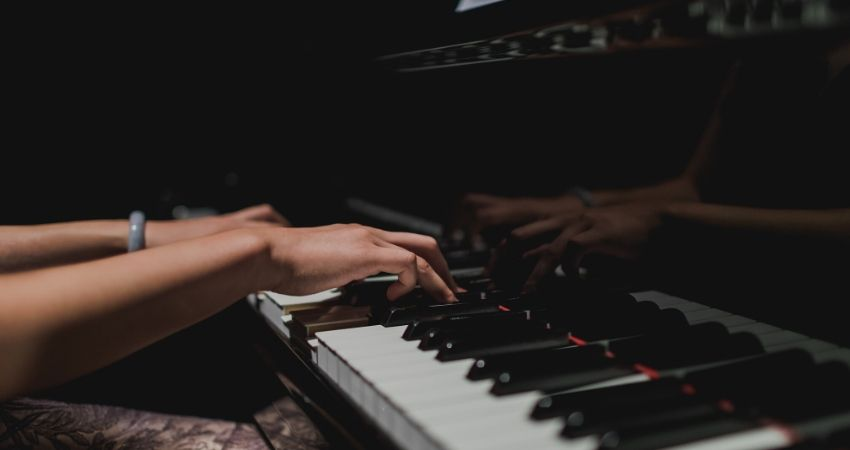Como aprender a tocar teclado conhecendo as cifras