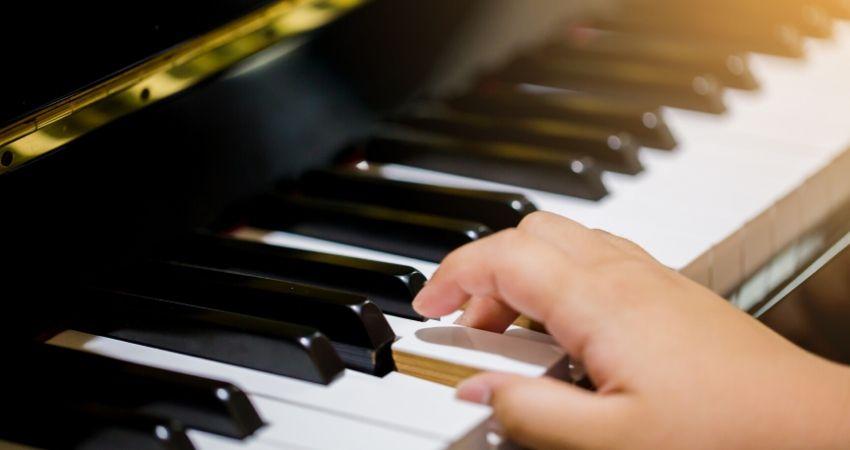Tocar acordes menores no piano ou teclado