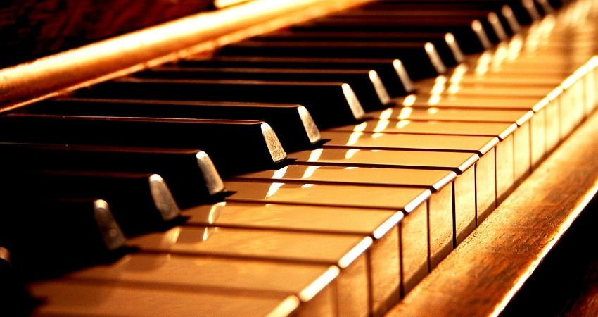 Tocar teclado com pedal sustain