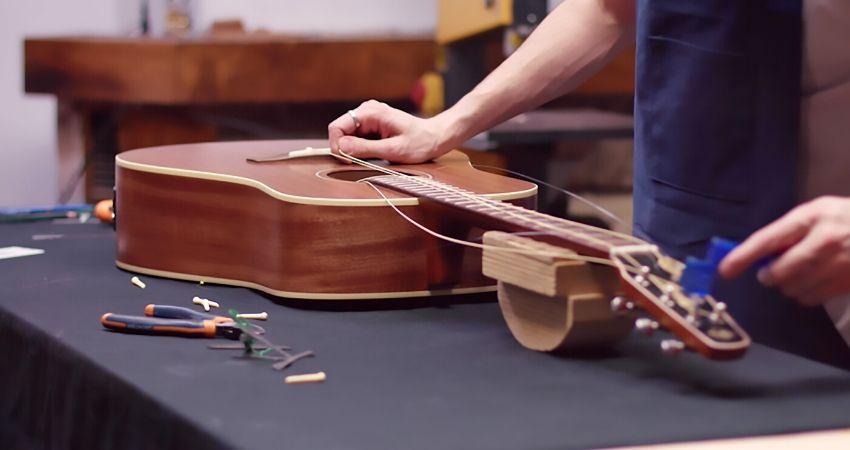 Luthier trabalhando compra de violão usado